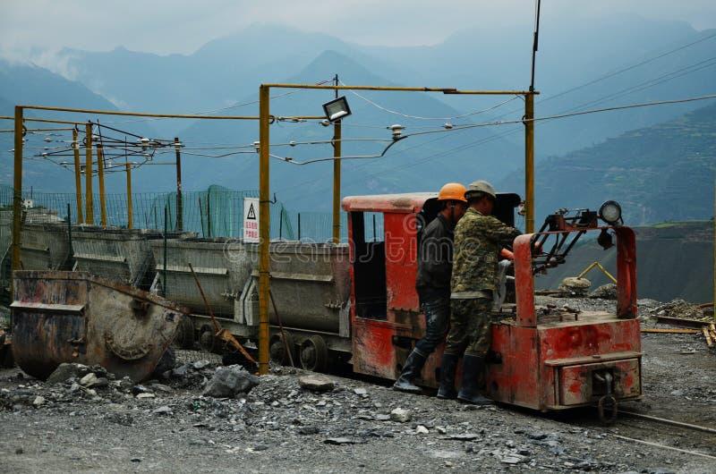 Guld- gruvarbetare som fixar ett drev i Kina arkivbilder
