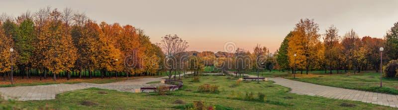 Guld- höst panoramautsikten från kullen till aftonhöststaden parkerar royaltyfri fotografi