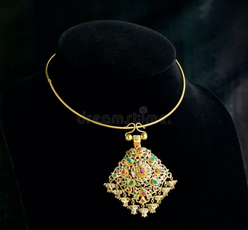 Guld- halsband för thailändsk forntida stil fotografering för bildbyråer
