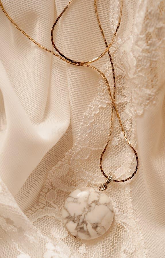 Guld- halsband med den semiprecious stenen arkivbilder