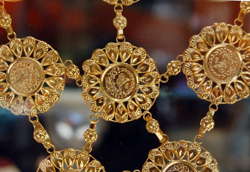 Guld- halsband med guld- mynt royaltyfri fotografi