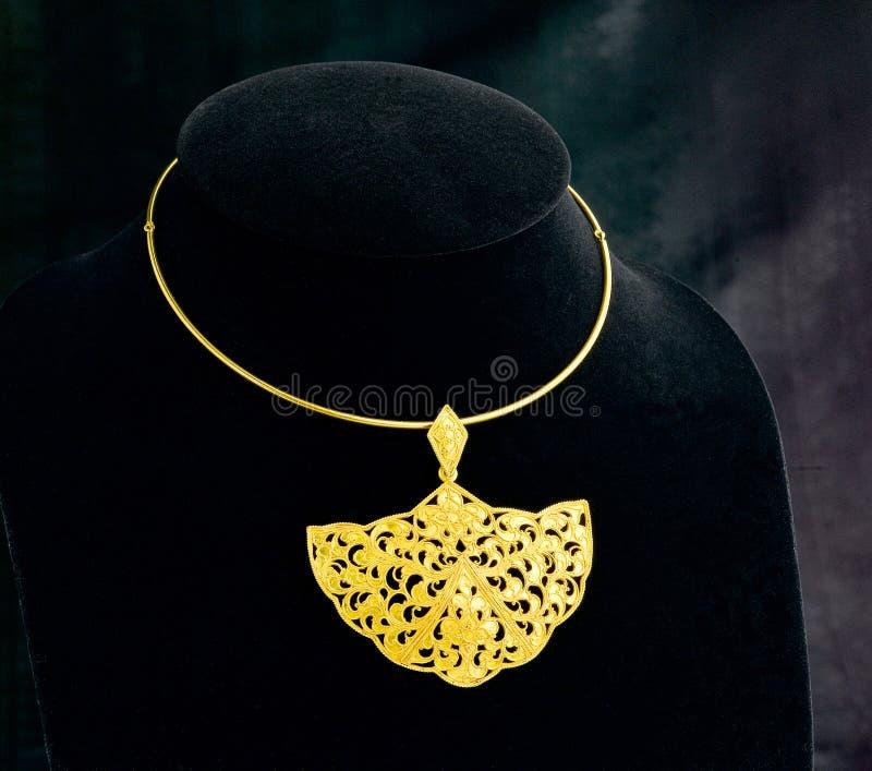 Guld- halsband med hänget royaltyfria foton