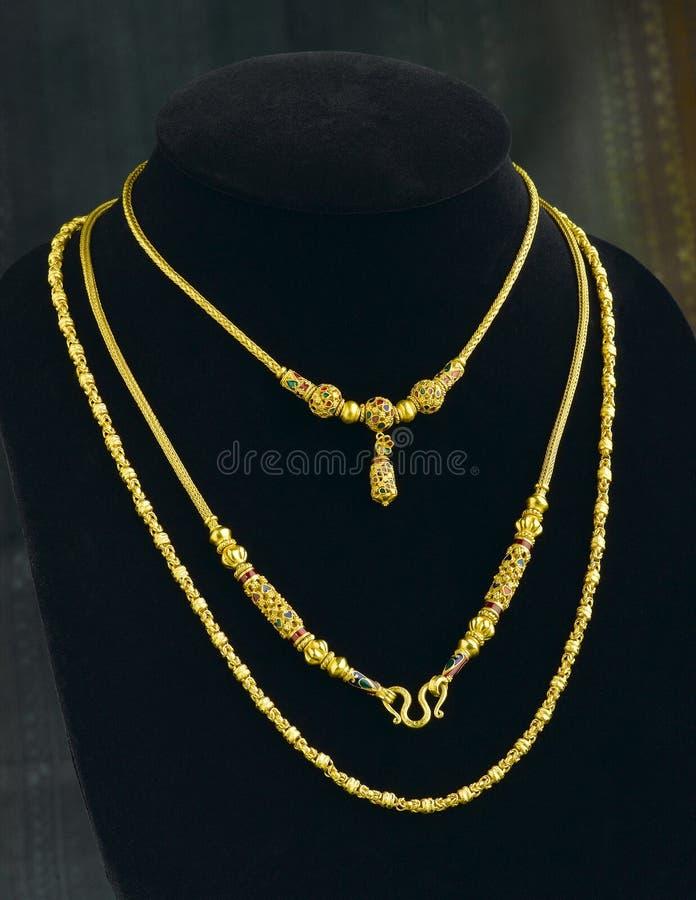 guld- halsband style tre royaltyfri foto