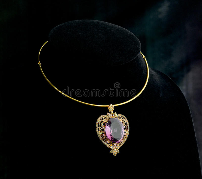 guld- halsbandhänge för gemstone arkivbild