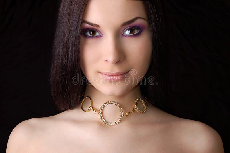 guld- halsbandslitage för härlig brunett fotografering för bildbyråer