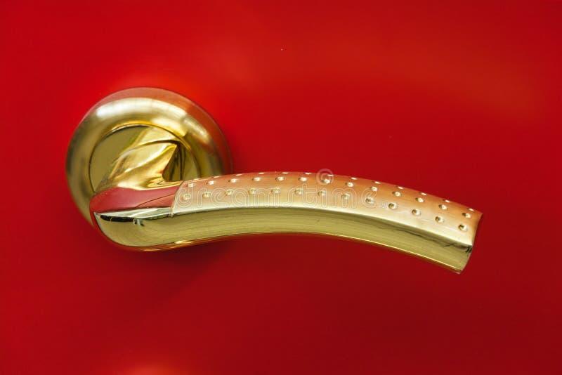 guld- handtag för dörr arkivfoto