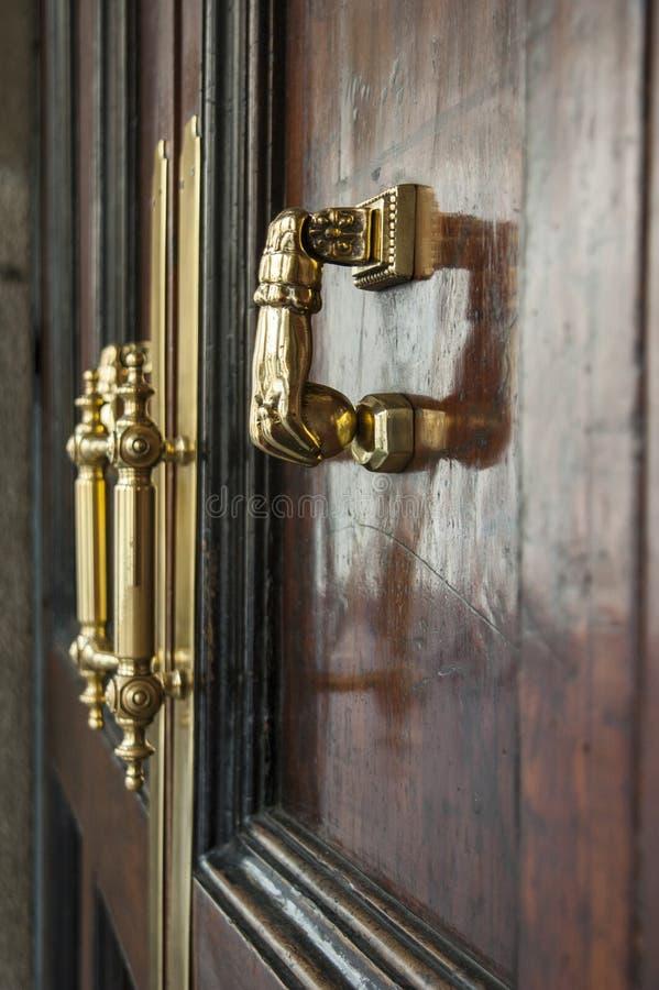 Guld- handtag på den gamla dörren fotografering för bildbyråer