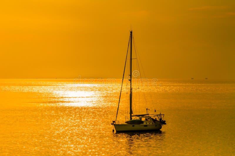 Guld- himmelbakgrund med yachten royaltyfria foton