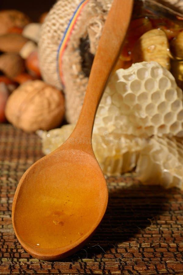 Guld- honung med frukter fotografering för bildbyråer