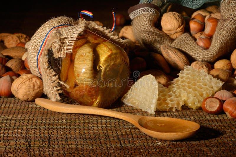 Guld- honung med frukter arkivbilder