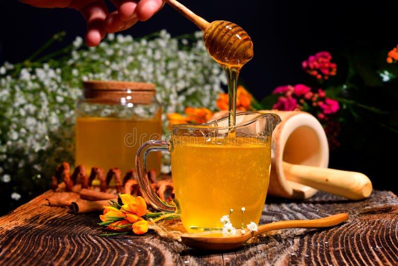 Guld- honung och färgrika blommor arkivfoto