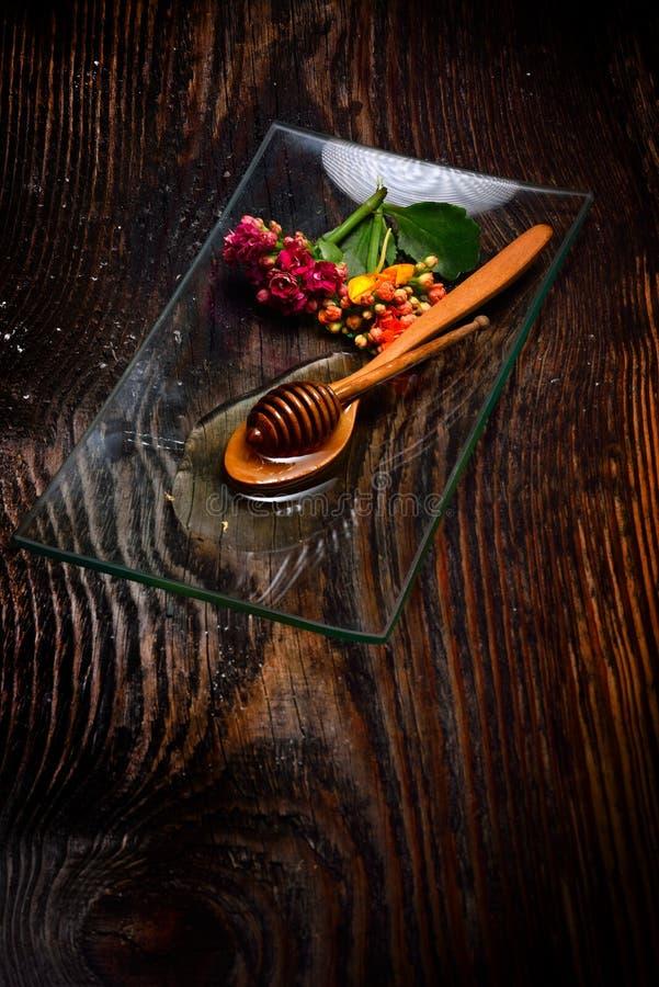 Guld- honung på plattan royaltyfri fotografi