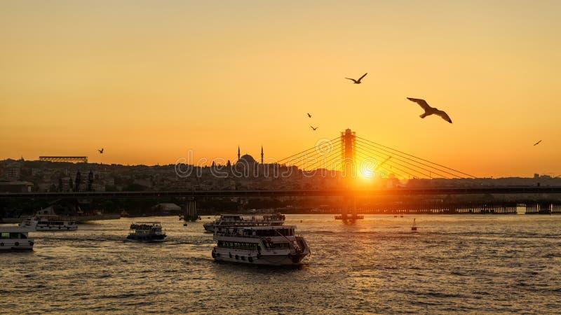 Guld- horn på solnedgången, Istanbul, Turkiet arkivfoton