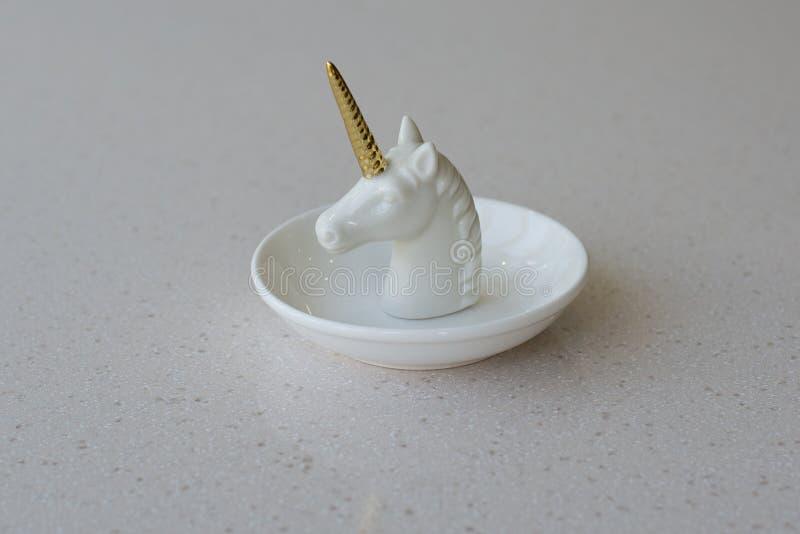 Guld- horn- staty för vit enhörning royaltyfri foto