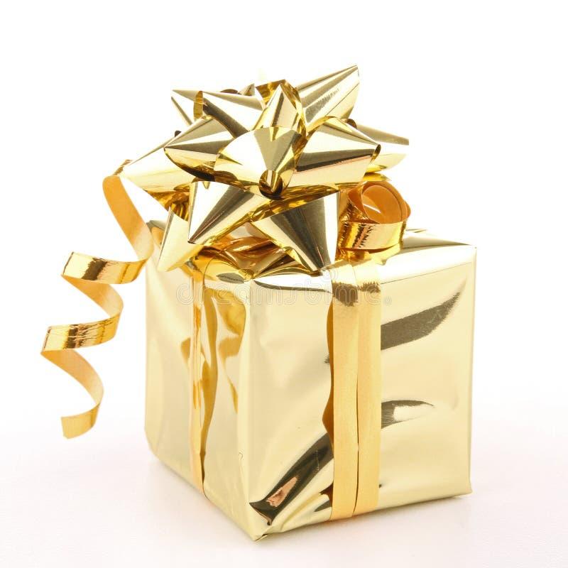 guld- isolerad present arkivfoto