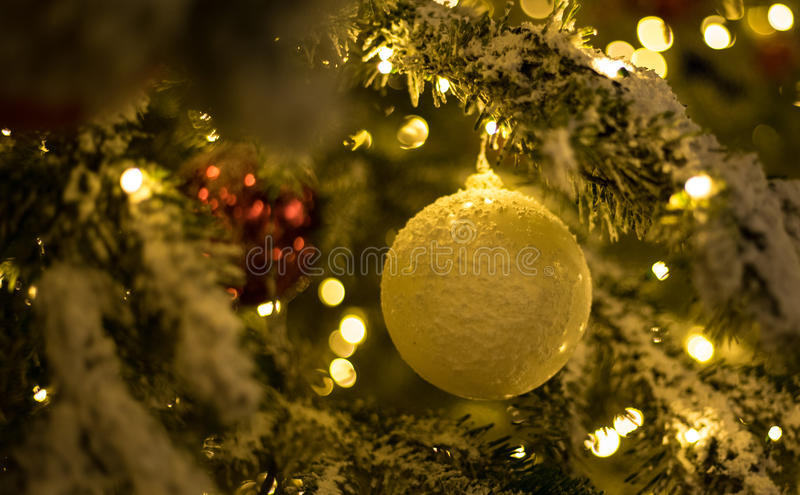 Guld- julbollar med julträdet arkivbild