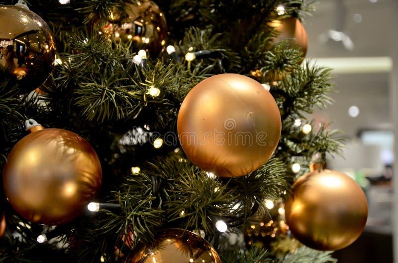 Guld- julbollar på trädslut upp arkivbilder