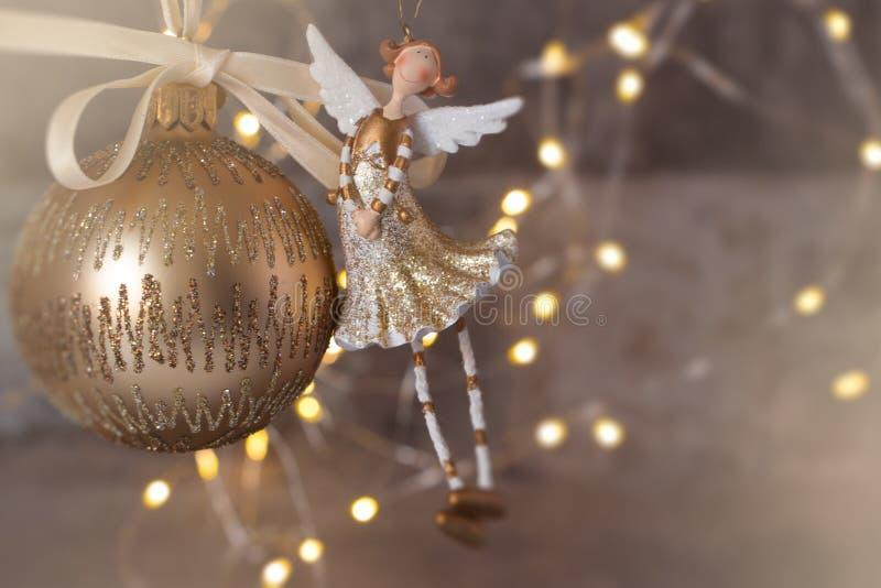 Guld- julstruntsak och ängel arkivfoto