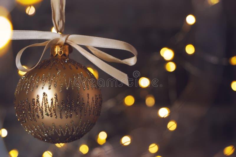 Guld- julstruntsak på skinande blackground royaltyfria bilder