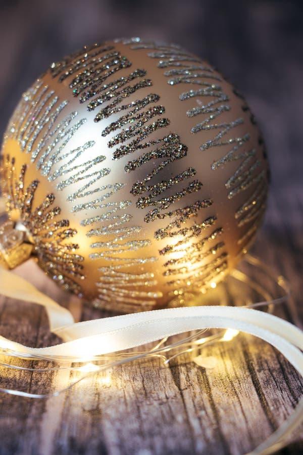 Guld- julstruntsak på träbakgrund fotografering för bildbyråer