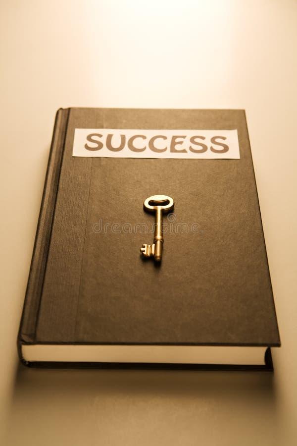 guld- key framgång för bok royaltyfri foto