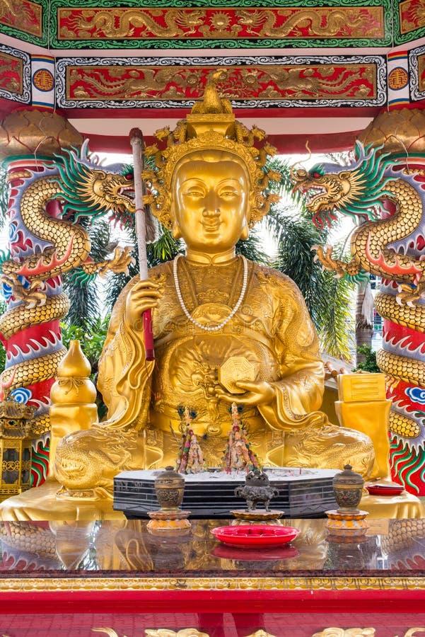 Guld- kinesisk staty royaltyfria bilder