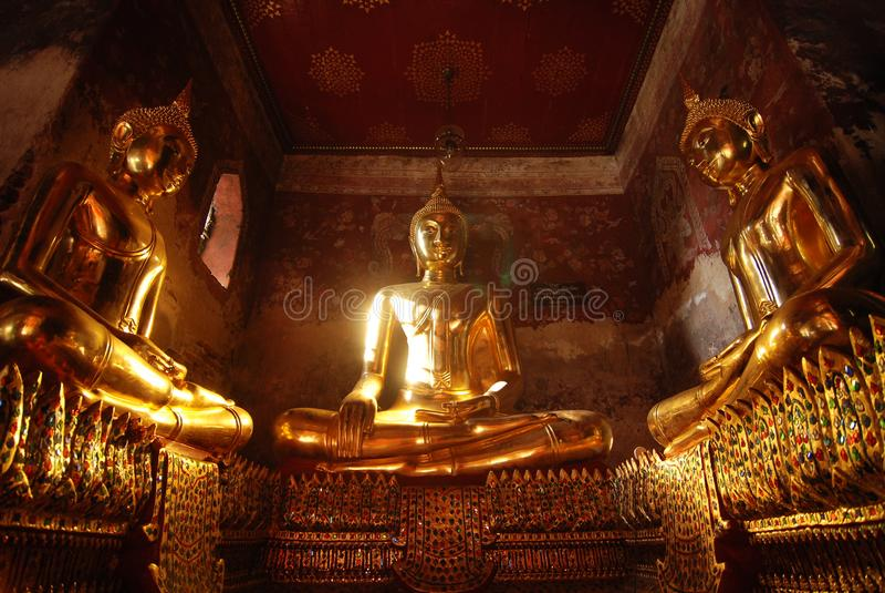 Guld- klassisk buddha staty i terrass av Suthatthepphaararam tem arkivfoton