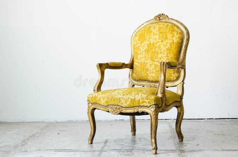 Guld- klassisk stilsoffasoffa i tappningrum royaltyfri foto