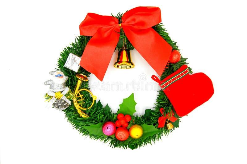 Guld- klocka för Chirstmas kransgarnering, röd socka, lilla Santa Claus, liten färgrik boll, gåvaask, rött band och gräsplansidor royaltyfri fotografi
