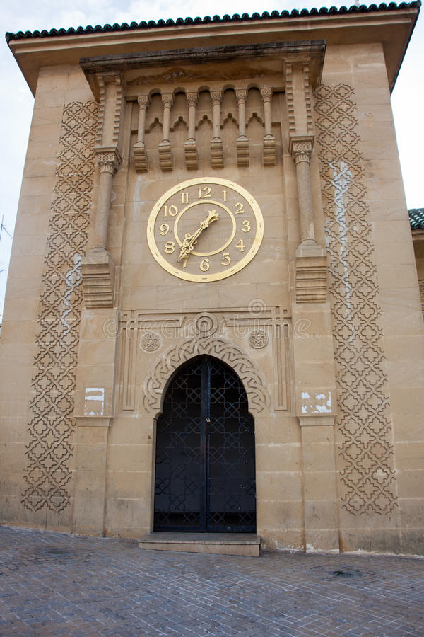 Guld- klocka på Sidi Bou Abib Mosque i Tangier royaltyfria bilder