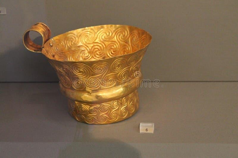Guld- kopp i Atenmuseum av Arheology arkivbild