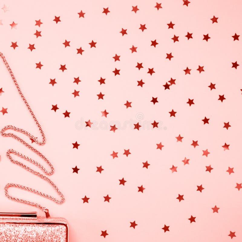 Guld- koppling för festlig afton med stjärnastänk på rosa färger Ferie- och berömbakgrund Lyxig tillbehör och parti royaltyfri fotografi