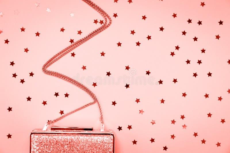 Guld- koppling för festlig afton med stjärnastänk på rosa färger Ferie- och berömbakgrund Lyxig tillbehör och parti arkivfoto
