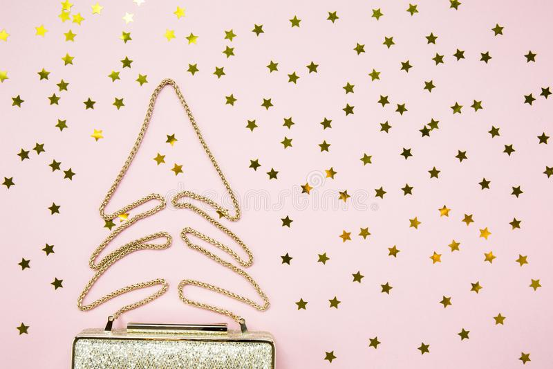 Guld- koppling för festlig afton med stjärnastänk på rosa färger Holid arkivfoton