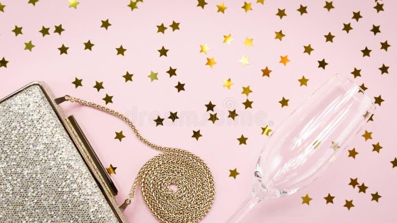 Guld- koppling för festlig afton och champagneexponeringsglas med stjärnaspri royaltyfria bilder