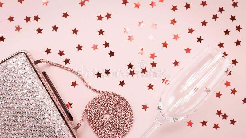 Guld- koppling för festlig afton och champagneexponeringsglas med stjärnastänk på rosa färger Ferie- och berömbakgrund lyx royaltyfri bild
