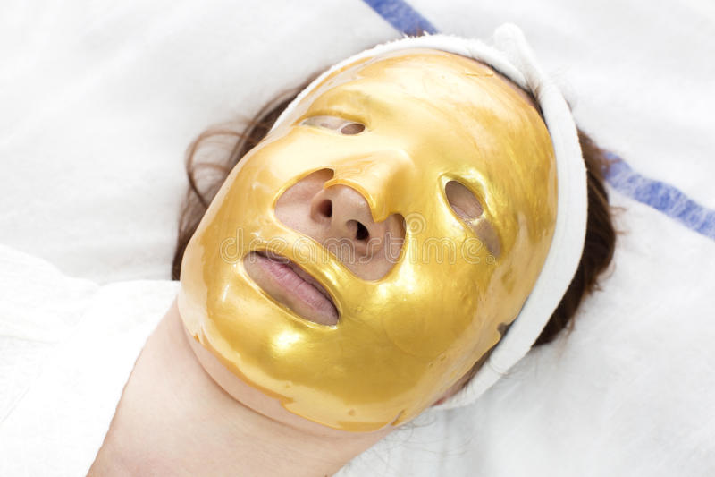 Guld- kosmetisk maskering royaltyfri fotografi