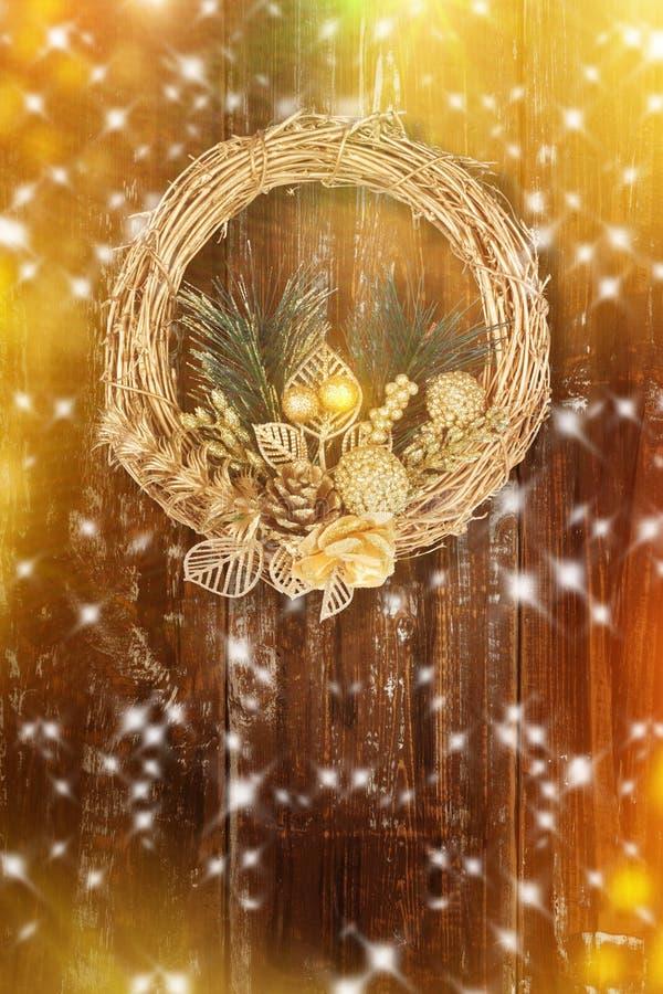 Guld- krans för jul på gammal abstrakt bakgrund arkivfoton