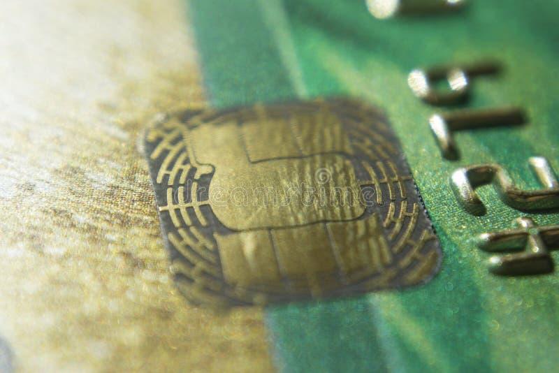 Guld- kreditkortar stänger sig upp Makro skjutit smart kort, kreditkortchip royaltyfri foto