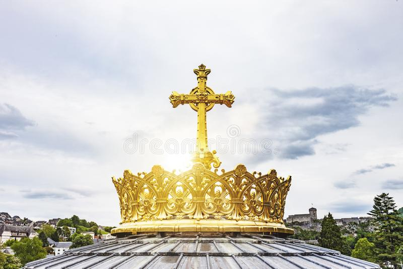 Guld- krona av basilikan Notre Dame i Lourdes arkivbilder