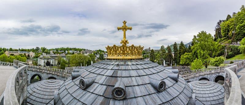 Guld- krona av basilikan Notre Dame i Lourdes royaltyfri fotografi