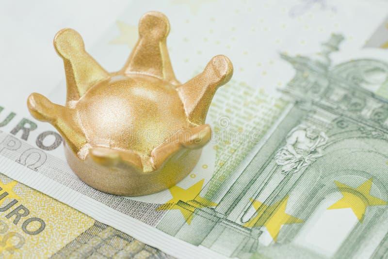 Guld- krona på eurosedelpengar genom att använda som konung eller vinnare av Europa ekonomi, brexit eller finansiell framgång arkivbilder