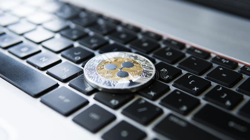 Guld- krusningsmynt för silver på en bärbar datortangentbordcloseup Blockchain bryta Digital pengar och faktisk cryptocurrency arkivbilder