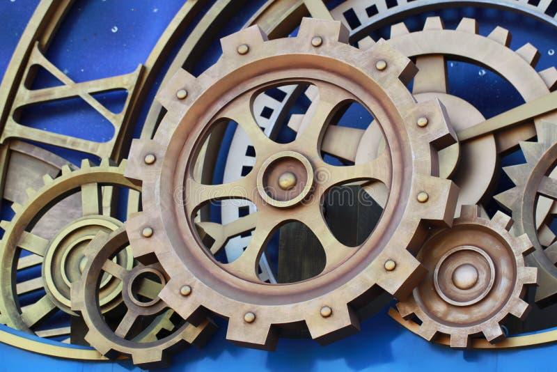 Guld- kugge- och hjuldetaljer från klockamaskiner av den industriella revolutionen royaltyfria bilder