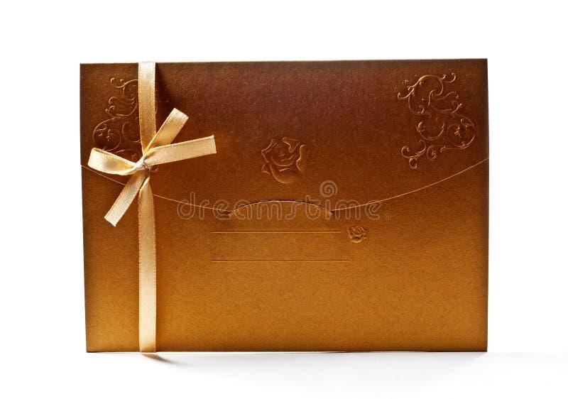 guld- kulört kuvert royaltyfri foto
