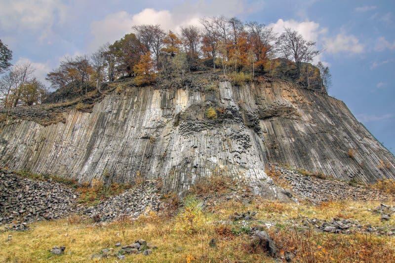 Guld- kulle - columnar fogad ihop volcanics - nationell naturlig monu royaltyfri bild