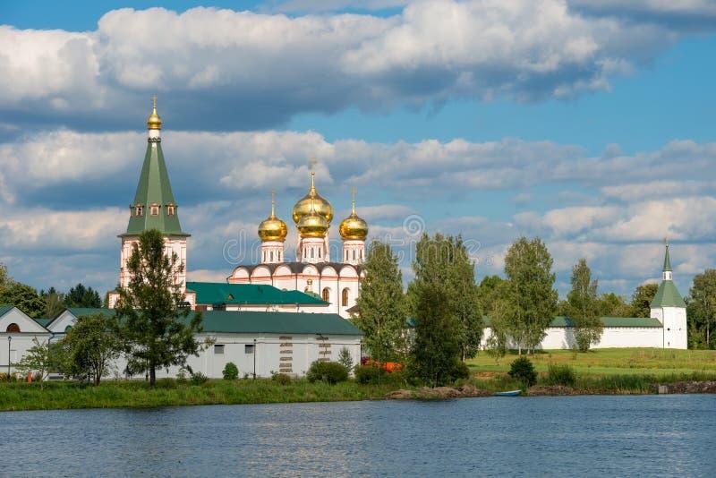 Guld- kupoler över sjön royaltyfri bild