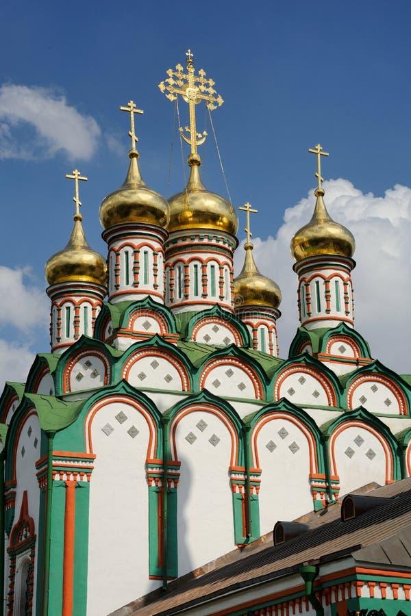 Guld- kupoler av kyrkan av St Nicholas i Khamovniki (Moskva fotografering för bildbyråer