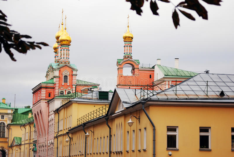 Guld- kupoler av MoskvaKremlkyrkor Färgfoto arkivbild