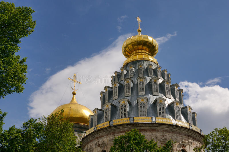 Guld- kupoler av uppståndelsedomkyrkan i nya Jerusalem (Istra) royaltyfri fotografi